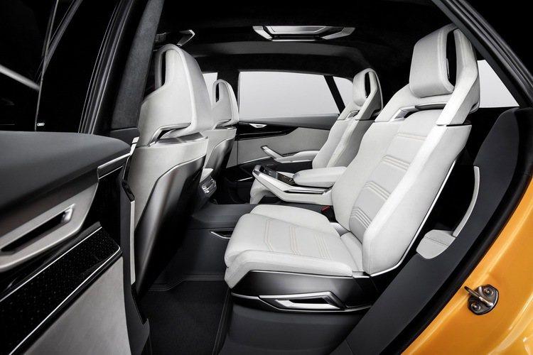 車艙採用4人座配置,運動化的座椅設計,以及頂級Nappa和Nubuk的皮革材質包覆,給予駕駛及全車成員頂級舒適的用車感受。 圖/台灣奧迪提供