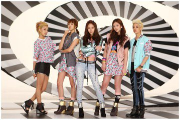 南韓女團f(x)2009年出道時是5人團體,推出「chu」、「Nu ABO」、「Pinocchio」、「Hot Summer」等舞曲成績皆不錯,雪莉前年退出後,4位成員Luna、Victoria(宋...