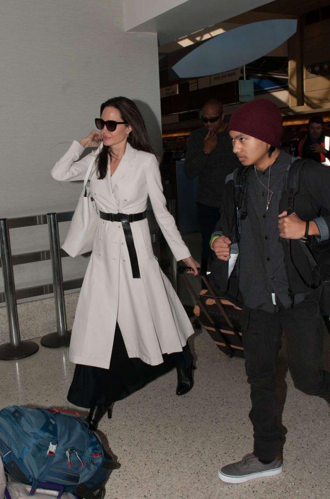 裘莉日前在機場穿了同件是Bottega Veneta春夏迷霧白羊毛大衣,內搭黑色...