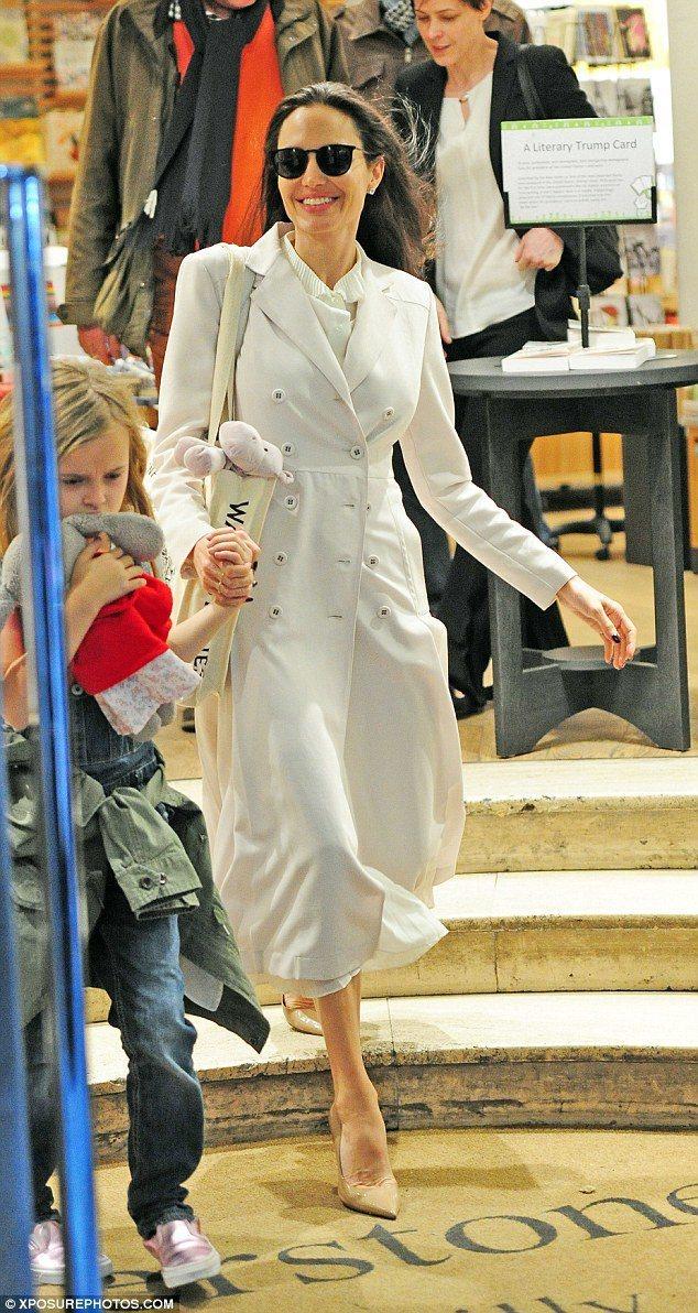 裘莉穿是Bottega Veneta春夏迷霧白羊毛大衣,內搭百褶領襯衫配尖頭膚色...