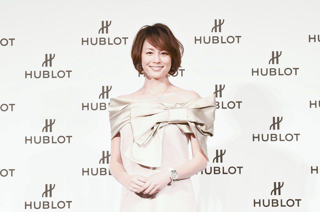 日劇女王米倉涼子配戴Big Bang 白色精鋼鑲鑽腕表。圖/HUBLOT提供