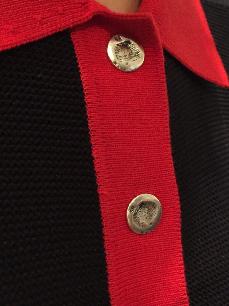 陳怡所穿的Rykiel For Ever 標語長版針織衫紅白黑款,釦子上的圖紋是...