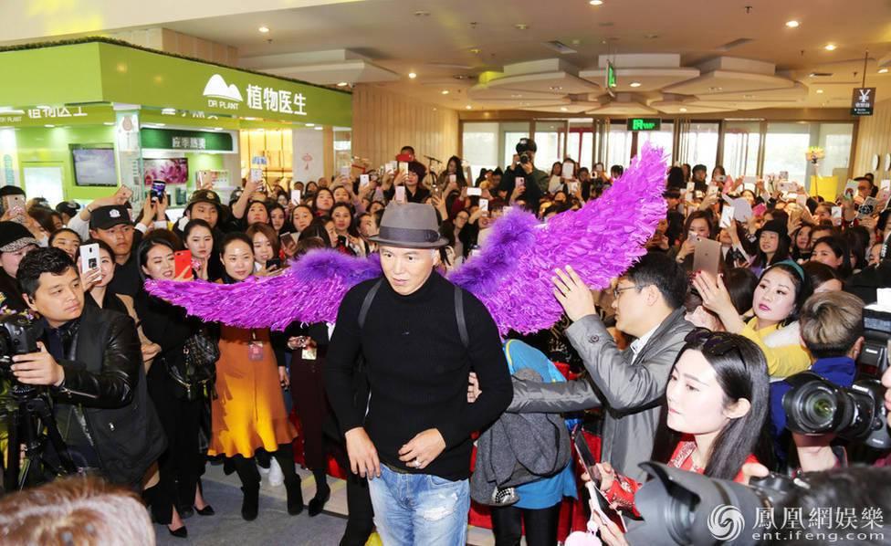 林瑞陽現身河南鄭州一家商場,引起現場群眾轟動。圖/取自鳳凰娛樂