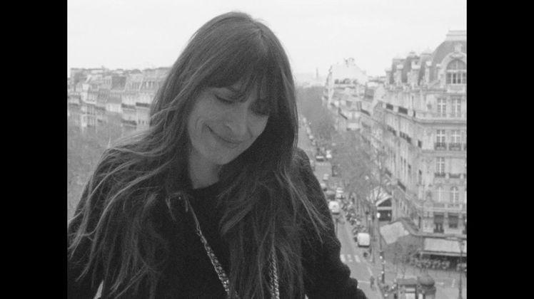 模特兒和音樂製作人卡洛琳德麥格雷,在法國名導奧利維耶阿薩亞斯的鏡頭中展現巴黎女人...