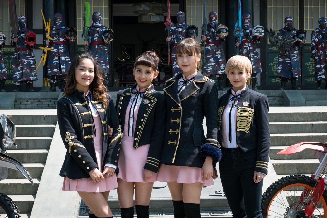 Lucia(左起)、鍾羽、趙堯珂、陳詩敏在象山片場拍攝「終極三國」。圖/可米提供