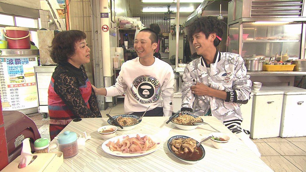 浩子(左二)對翔媽(左一)滿懷歉意。圖/TVBS提供