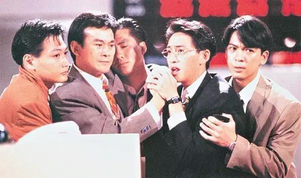 「大時代」中的丁蟹(左二)是鄭少秋在港劇中又一經典演出。圖/摘自每日頭條