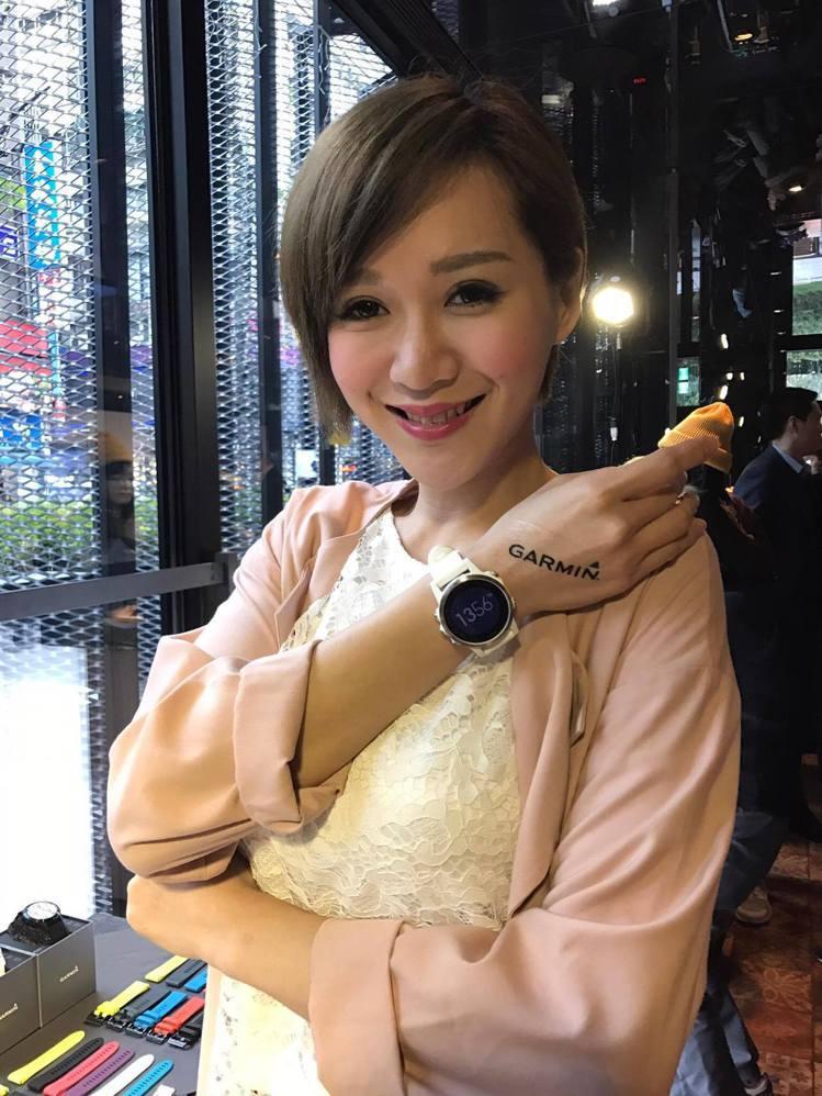 Garmin fenix 5系列發表,李明川用大理石白色表帶呼應粉嫩蕾絲小女人風...