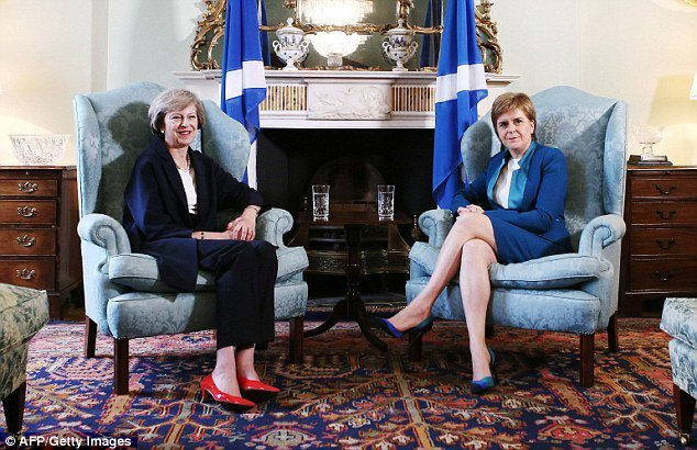英國首相梅伊(左)與蘇格首席大臣史德金。(法新社)