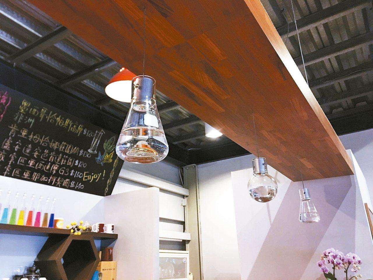 「喜平方咖啡廳」,處處透出化學素材,讓科學知識不再冰冷。 記者蔡昕穎/攝影
