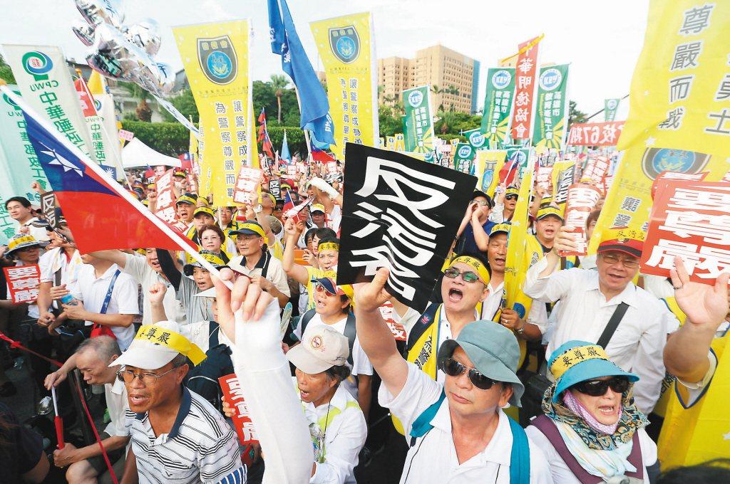 抗議年金改革遊行。圖/報系資料照片