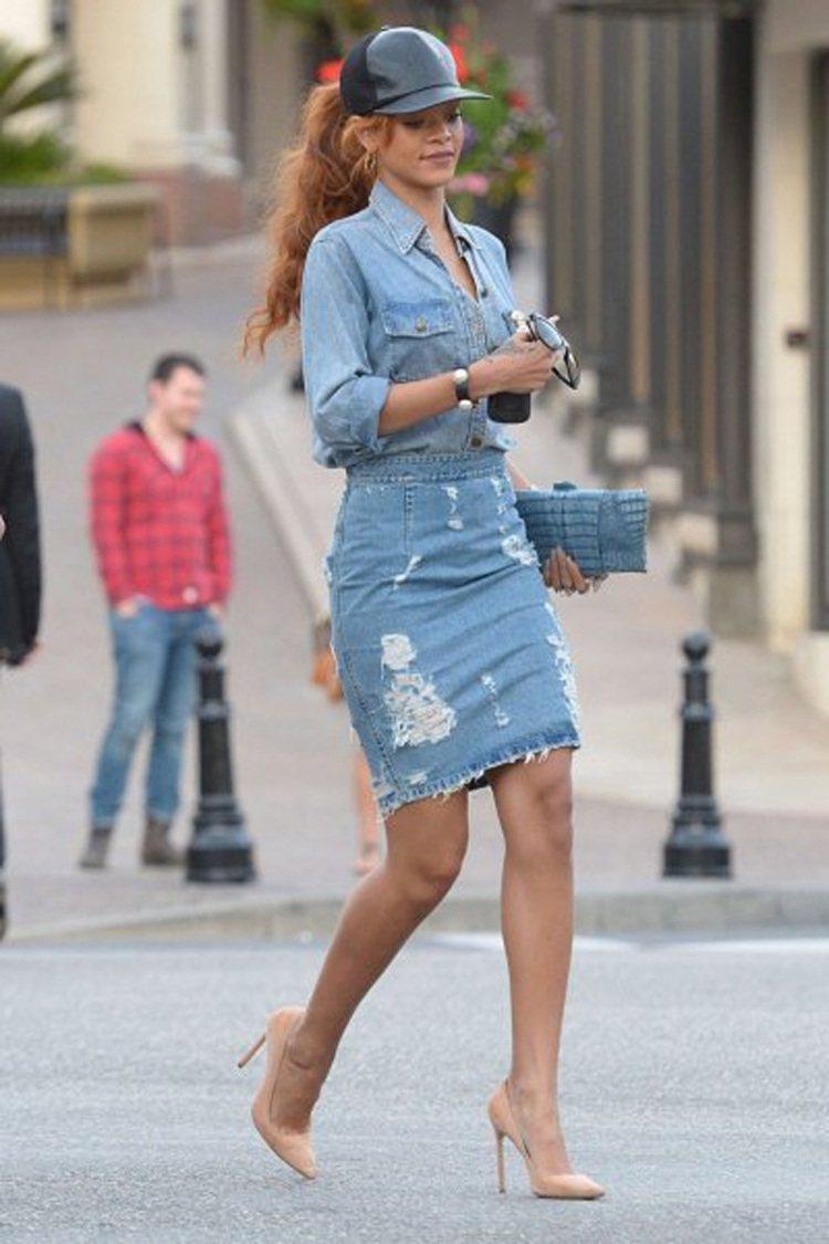 蕾哈娜成套牛仔裝搭細跟高跟鞋超性感。圖/摘自fashionbombdaily.c...