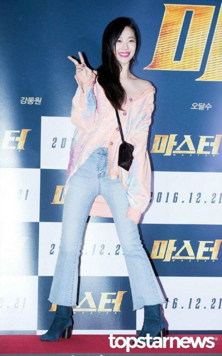 韓星雪莉穿淺色的九分喇叭褲搭靴子展現俏皮帥氣風。圖/摘自topstarnew