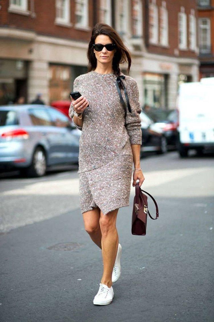 白球鞋配裙裝的「混搭」更顯有型。圖/摘自fashiontasty.com