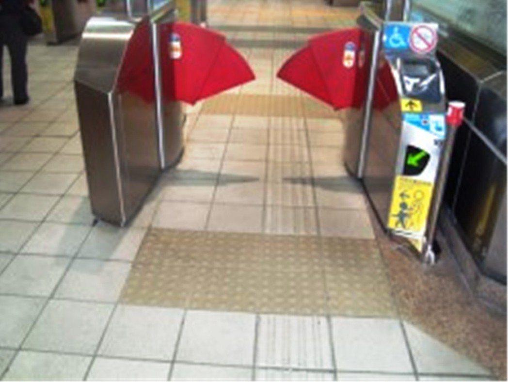 台北捷運在各站都有加大型的出入口,讓輪椅族、身障或有需要民眾,可以方便進出,同時...