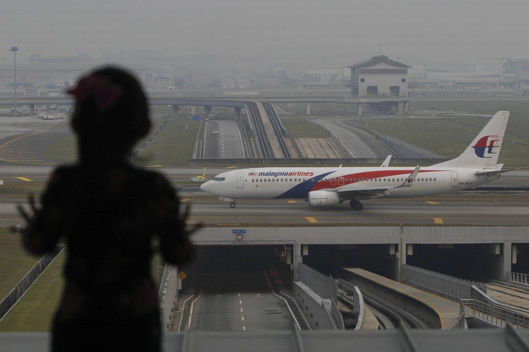 台灣一名暱稱「喬妹」網友在臉書透露,因護照小破損而遭馬國海關強行扣留35小時。 ...