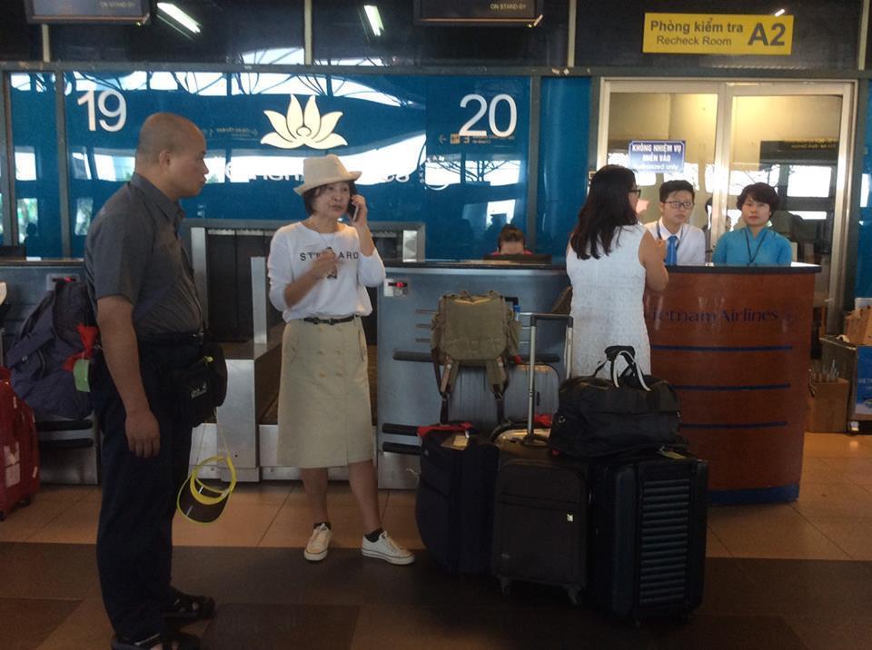 民進黨立委蘇治芬(中)曾在河內機場被扣住護照,蘇治芬「強奪」才拿回。 圖/取自蘇...