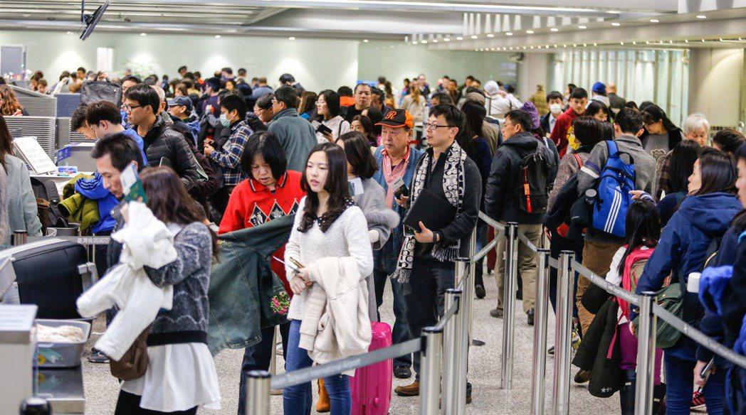 台灣人愛出國旅遊,但行前可得把資料備齊,才不會敗興而歸;圖為桃園機場出境大廳出國...