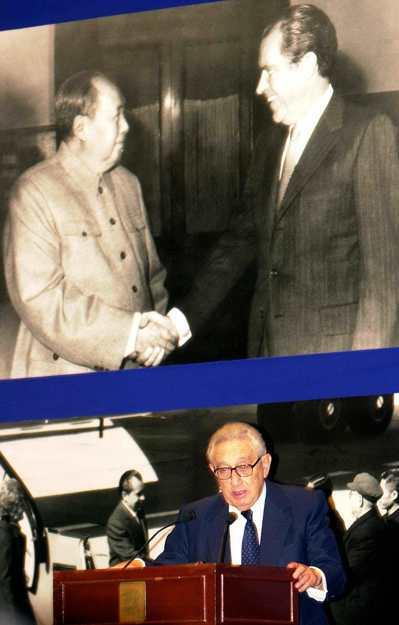 美國前國務卿季辛吉(圖下)2002年發表演說,背景是美國故總統尼克森與已故中國大...