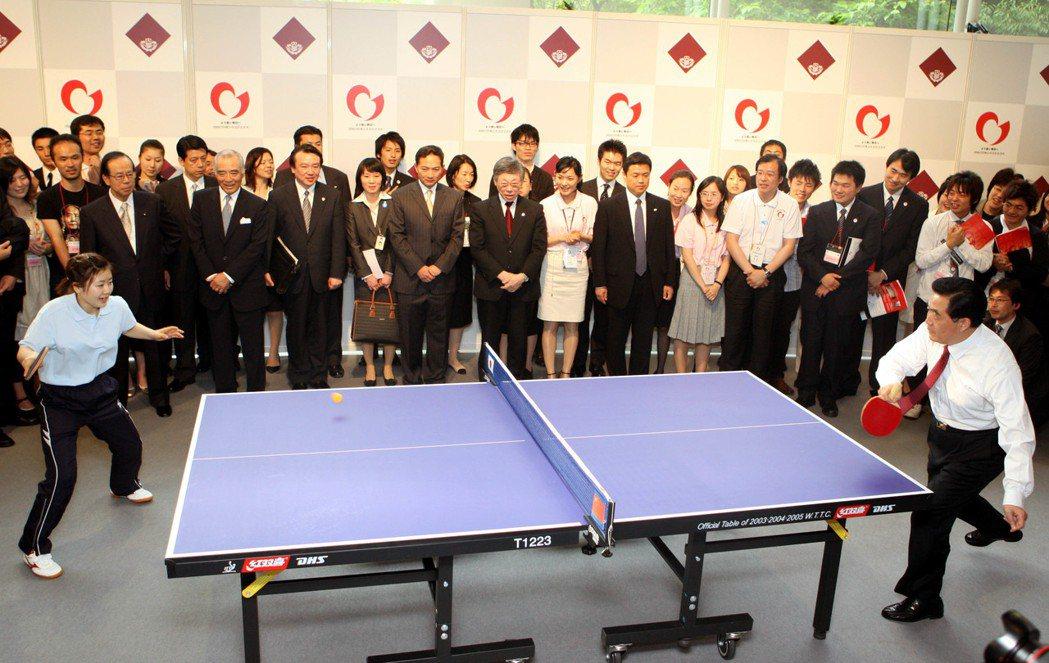 大陸前國家主席胡錦濤(右)也擅長乒乓球,曾與日本著名乒乓球運動員福原愛一起打乒乓...