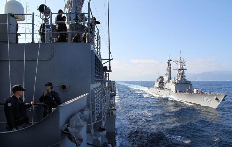 圖右為基隆級軍艦執行海疆巡弋。 圖/本報系資料照
