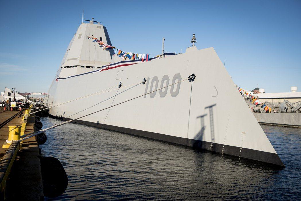 排水量超過一萬四千噸,美國海軍有史以來最大的驅逐艦松華特號(USS 之一Zumw...