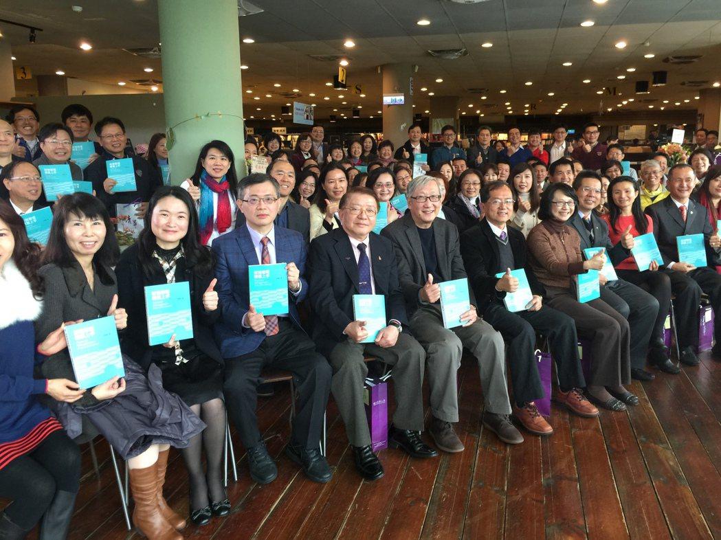 清華大學計量財務金融系教授林哲群(左三),發表《財務管理 輕鬆上手》新書,清華師...