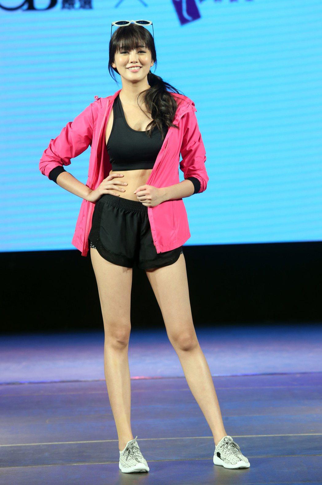 藝人賴琳恩穿著中空小可愛和運動短褲秀出修長美腿。記者徐兆玄/攝影