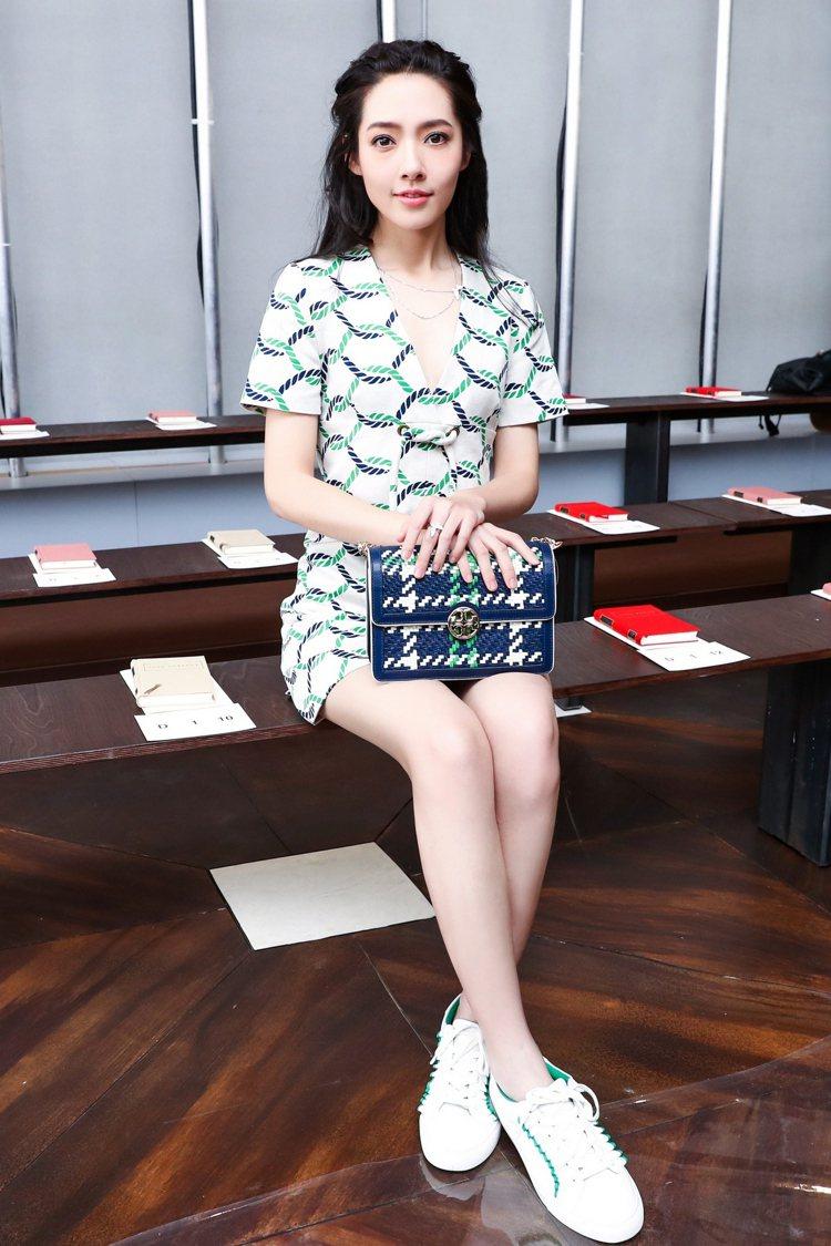 女星郭碧婷穿著Tory Burch春夏新款白球鞋出席品牌時裝秀。圖/Tory B...