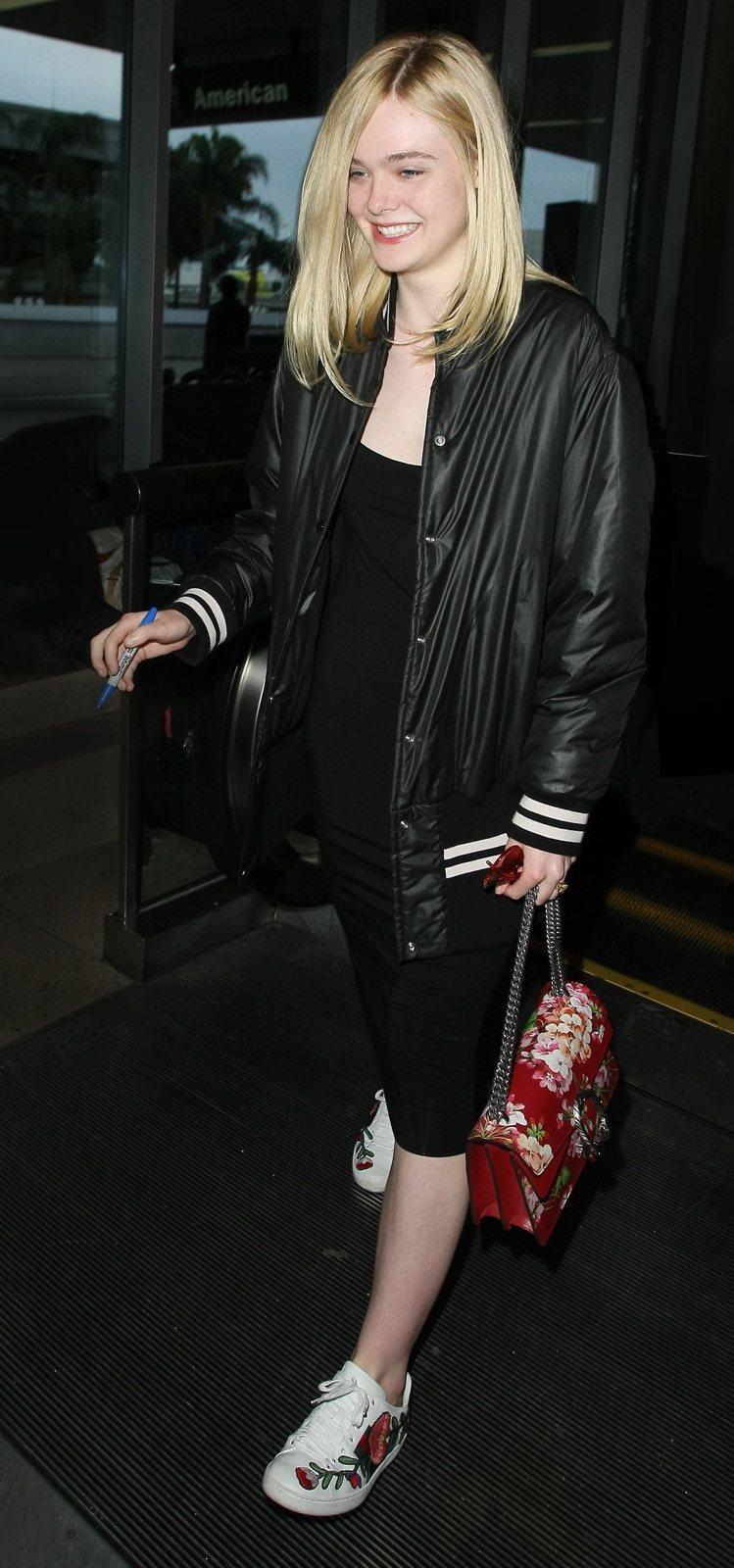 Elle Fanning穿著Gucci Ace花朵刺繡運動鞋,搭配Dionysu...