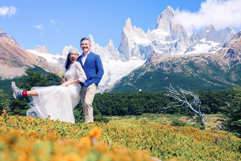 林可彤的婚紗照,同樣以婚紗搭配Salomon登山鞋。圖/擷自林可彤臉書