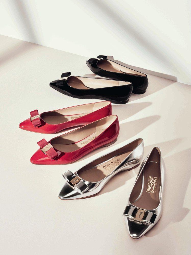 Vara Chic系列黑色、紅色及銀色漆皮平底鞋,各21,500元。圖/Ferr...