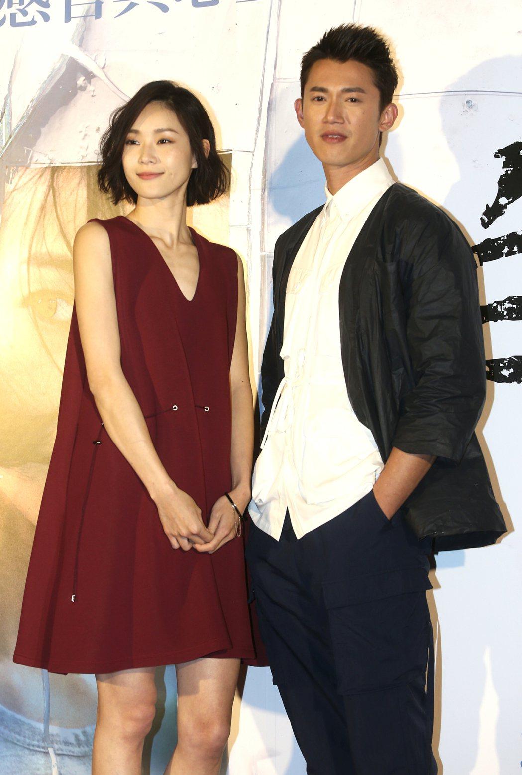 「白蟻-慾望謎網」男女主角吳慷仁(右)及鍾瑤(左)出席首映會。記者侯永全/攝影