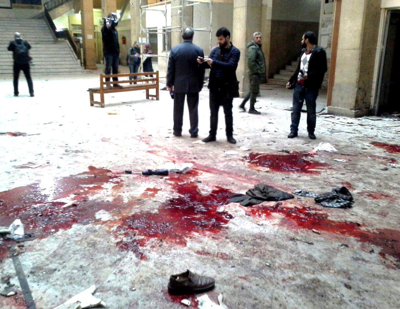 自殺炸彈客在法院大樓門廳引爆自己,造成32人死亡,血濺四處。(美聯社)