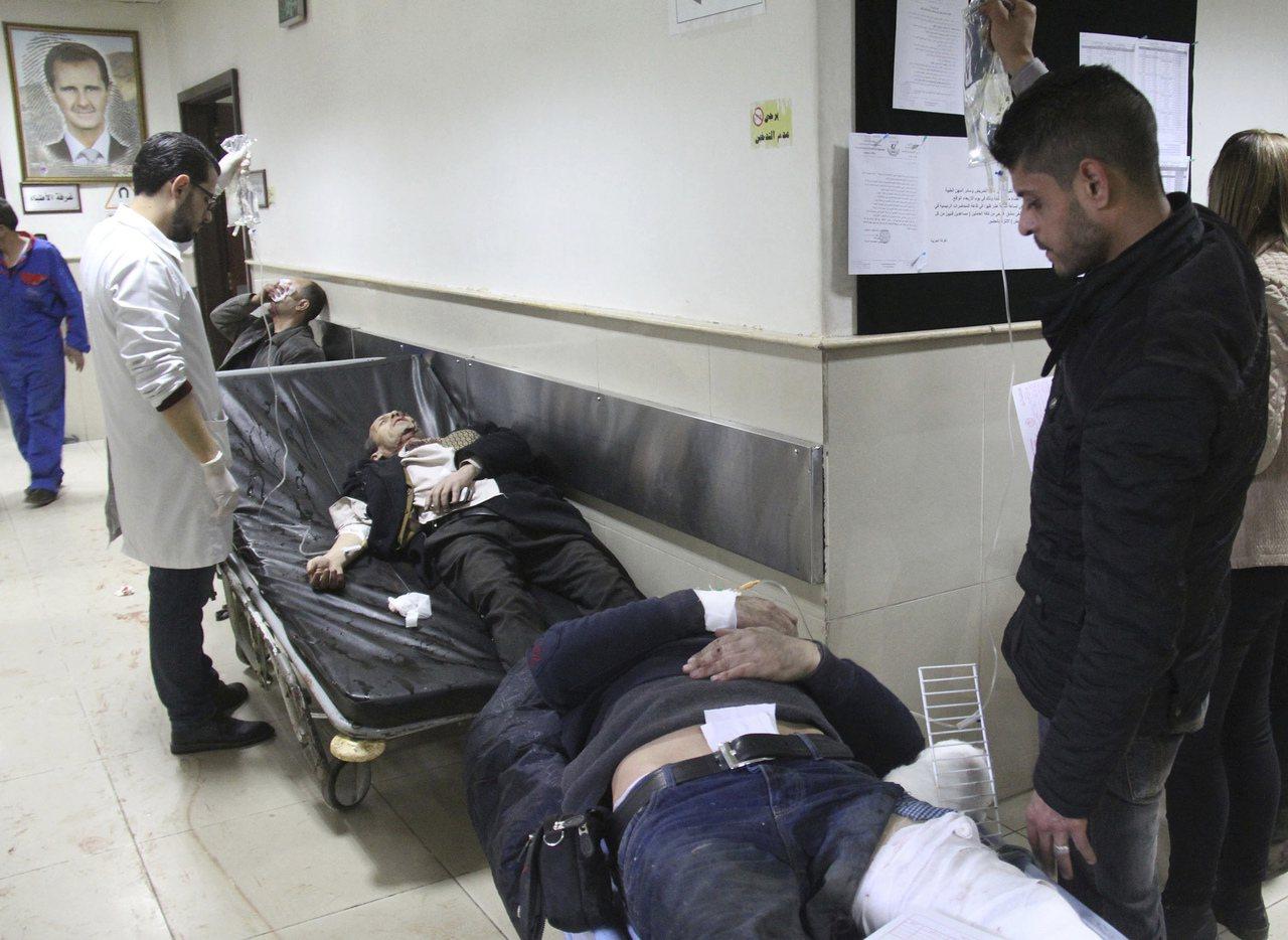 自殺炸彈攻擊的傷者等待接受治療。(美聯社)