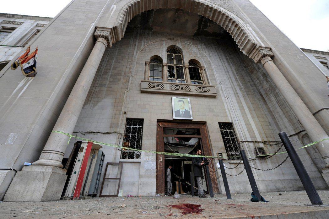 法院大樓遭攻擊後,警方在大門拉起封鎖線,地上血跡斑斑。(路透)