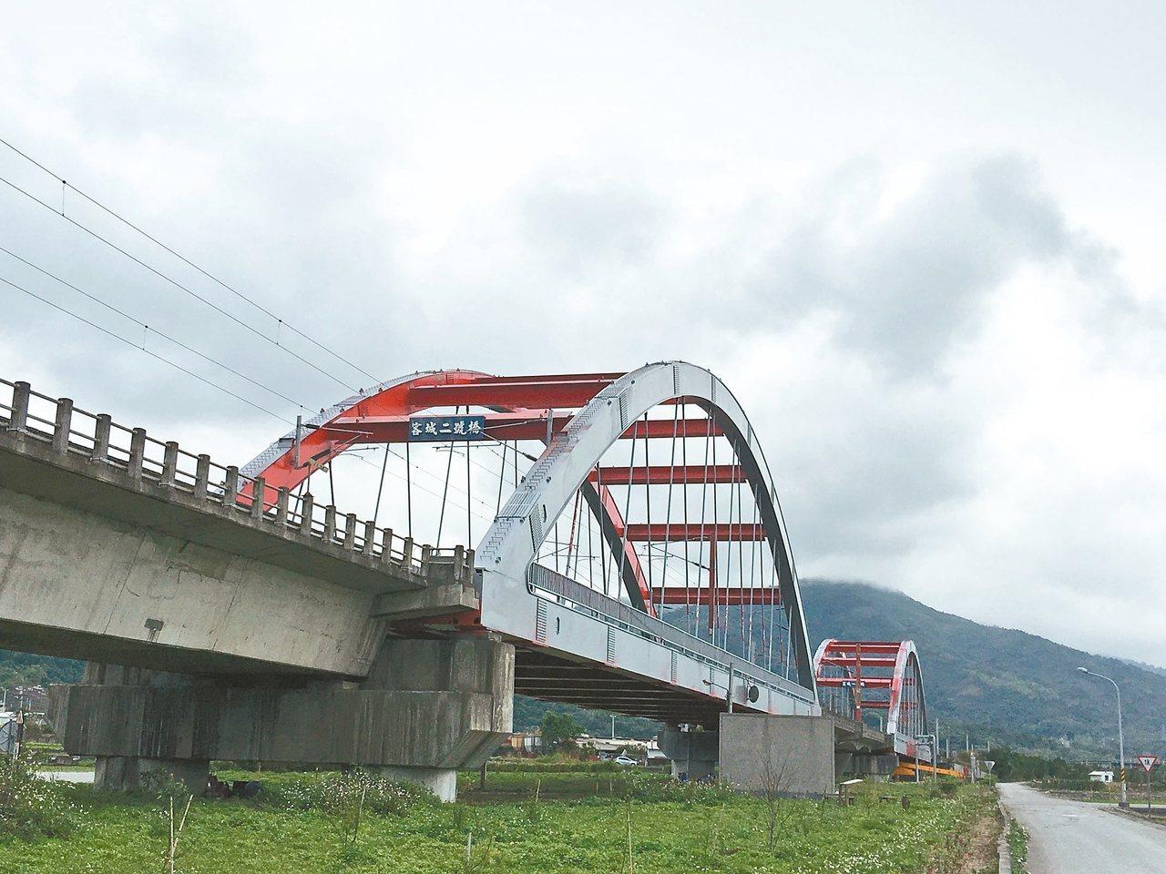 花蓮玉里鎮客城虹橋變灰橋?原來現在正進行防鏽工程,之後會再上紅色漆。 記者陳麗婷...