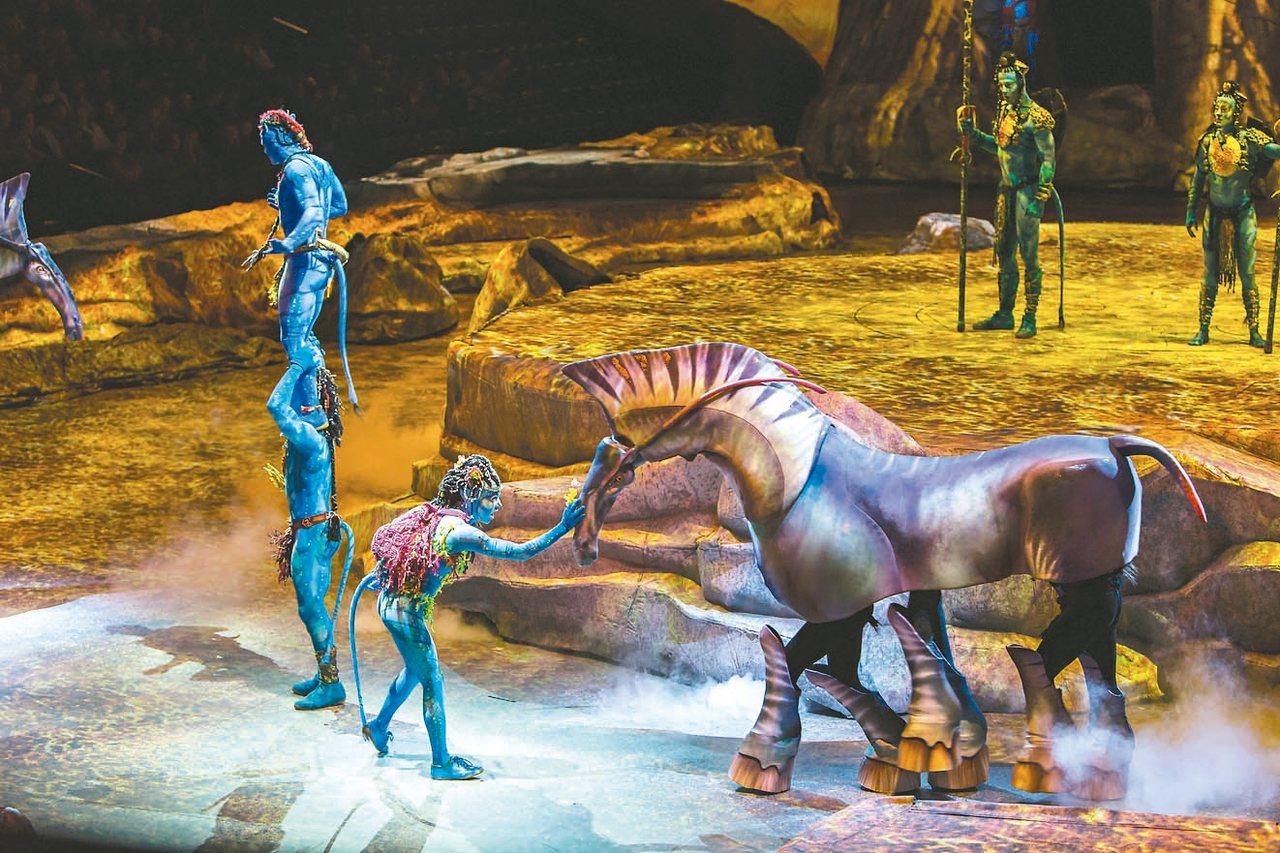 電影阿凡達中的六腳重愷馬,在三名操偶師合力控制下,舞台再現。 圖/聯合數位文創