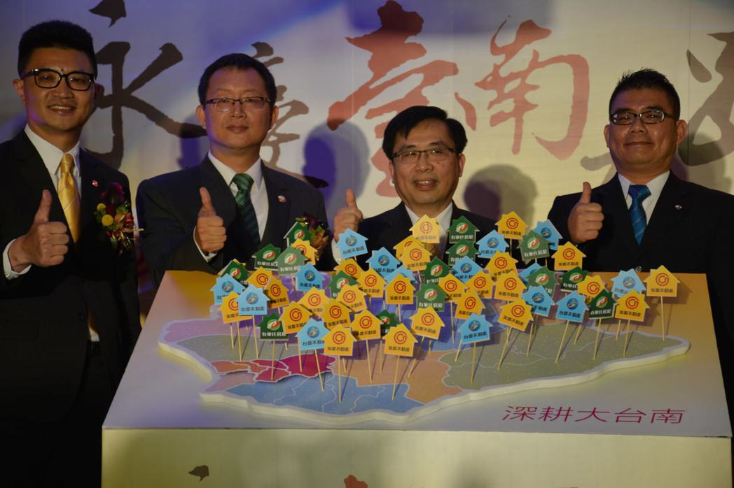 永慶加盟事業董事長劉炳耀(右二)昨天表示,看好大台南發展前景,將全面佈局展店至6...