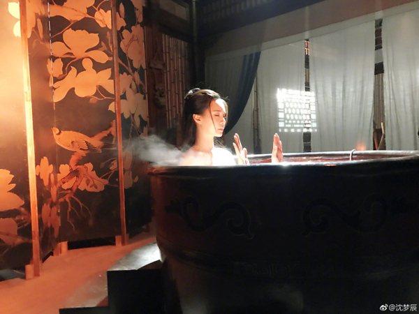 大陸女星沈夢辰在微博貼出一系列「洗澡」照片。圖/取自微博
