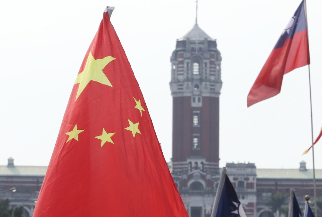 圖為在總統府前飄揚的中共五星旗。 圖/聯合報系資料照片