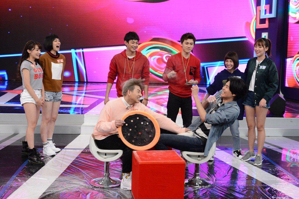 男子團體「SpeXial」日籍成員風田(前右)在節目「娛樂百分百」玩快問快答,藝...