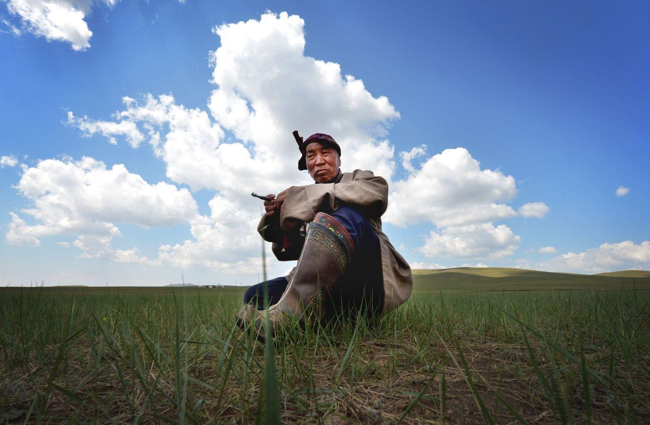 隨著蒙古高原豐富的天然資源被開發,傳統放牧/畜牧業屆時將無以為繼,導致蒙古族的傳...