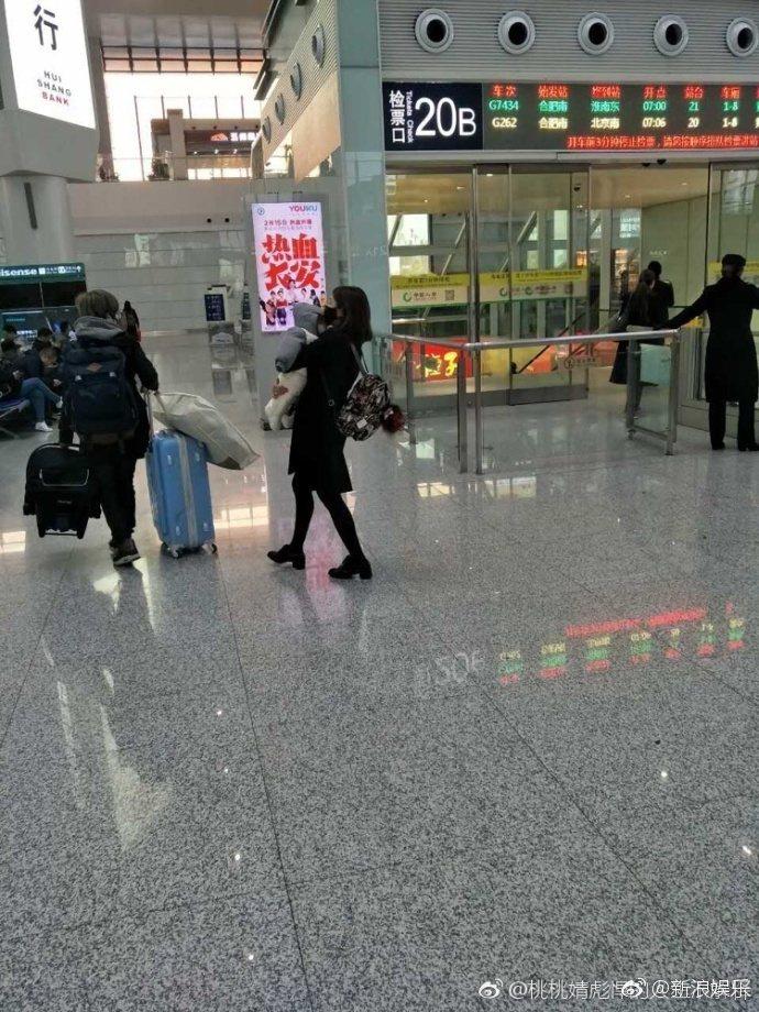 陳妍希被拍到在車站抱著「小星星」。 圖/擷自微博