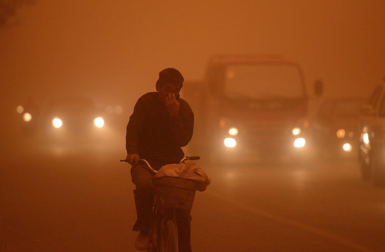 中國若遭遇沙塵暴,沙塵暴的襲擊,「西伯利亞的風和內蒙古的塵」往往被描繪為罪魁禍首...