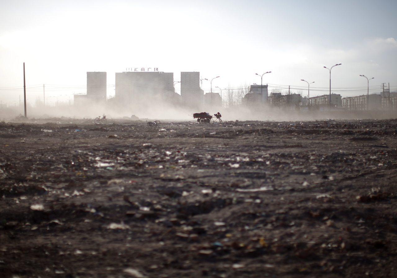 中國政府一方面以保護草地為名禁止在草原上生活了數十代的牧民繼續放牧,另一方面則以...