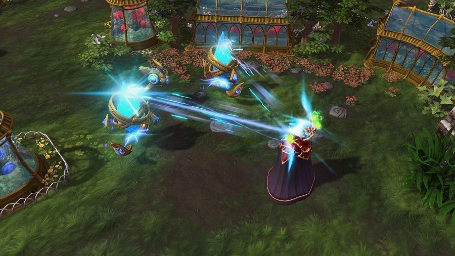 「水晶塔超載」可攻擊範圍內敵人,並同時產生護盾。 圖/暴雪提供