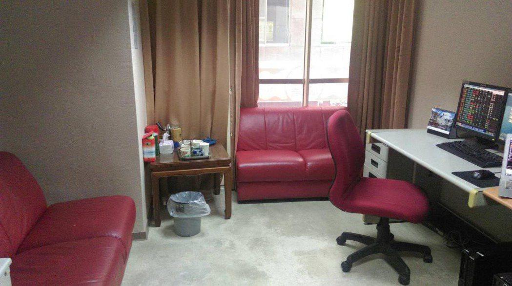 大戶室內有舒適沙發,還有專人送早餐,10點半有點心,中午有便當。房間內茶包、上等...