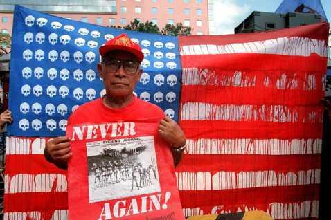 菲律賓從未原諒美國殖民的歷史,所有的反美情緒亦非憑空而來。圖中民眾所舉的標語,就...