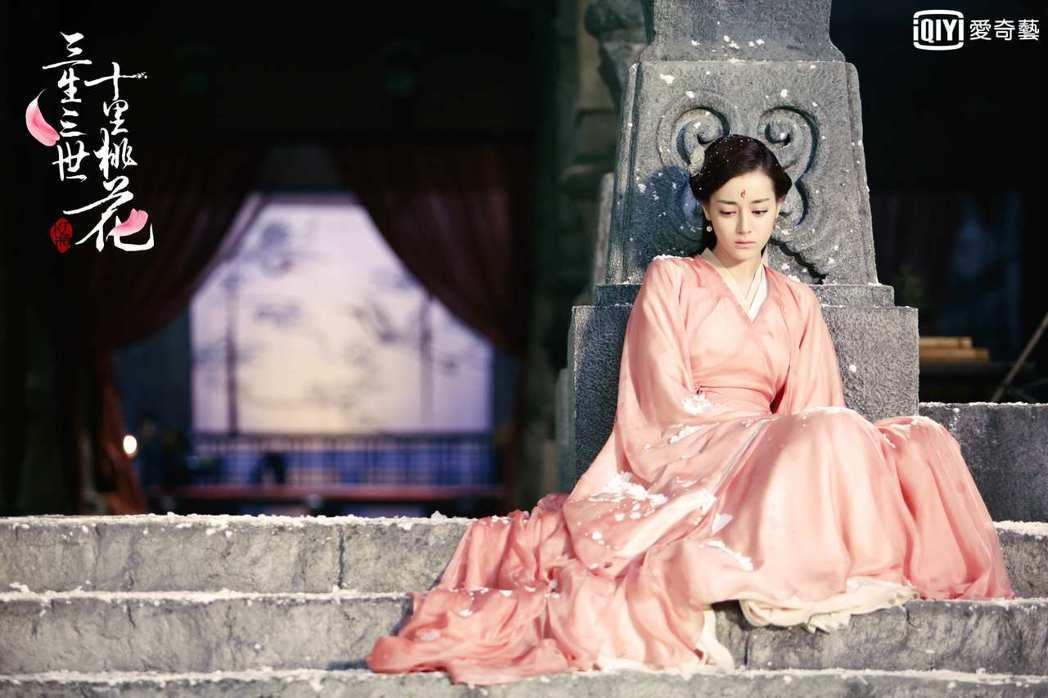 迪麗熱巴在「三生三世十里桃花」中飾演「白鳳九」。圖/愛奇藝台灣站提供